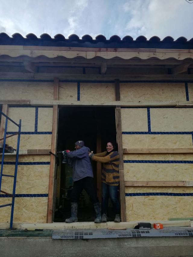 Usama trabajando en la construcción de su granja bioconstruida